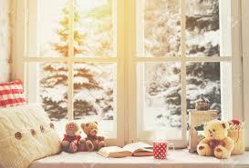 weihnachten winter fenster mit einem buch eine tasse heißen und ein teddybär