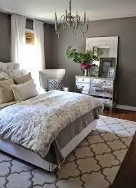 gestaltung schlafzimmer grau bett weisse gardinen weisser