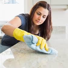 saubere küche wie sie die arbeitsplatte reinigen