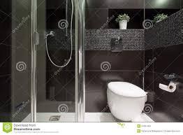 schwarze fliesen am badezimmer stockfoto bild