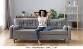 junge ruhige schwarze frau entspannen sich auf bequemem