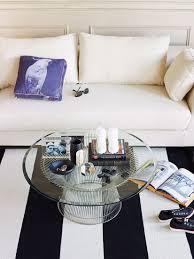 sitzecke in wohnzimmer mit weißem sofa bild kaufen