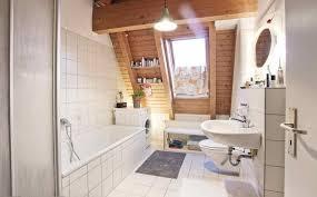 geräumiges badezimmer mit holzdecke weißen fliesen und