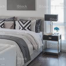 schwarz und weiß moderne schlafzimmer stil mit modernen bett stockfoto und mehr bilder behaglich