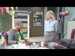 baise au bureau souhaite un joyeux anniversaire à collègue de bureau