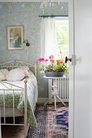 blick durch offene tür ins schlafzimmer bild kaufen