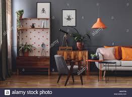 poster auf der grauen wand in vintage wohnzimmer einrichtung