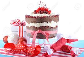 dessert avec creme fouettee forêt trifle dessert avec des couches de gâteau au chocolat