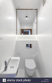 spiegel über wc in weiß minimale bad mit waschbecken real
