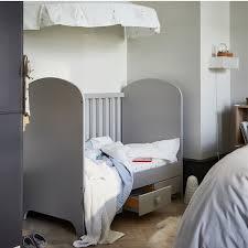 familienfreundliches schlafzimmer mit babybett ikea