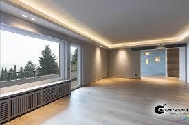 abgehängte decke in einem modernen wohnzimmer wandnischen