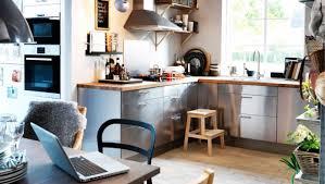 cuisine alu et bois esprit cosy dans cette cuisine ikea chaleureuse changer les meubles