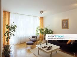 stockfoto modernes wohnzimmer mit gardinen stockfoto