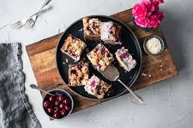 glutenfreier und veganer kirsch mohn streusel cheesecake