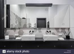 minimalistische badezimmer in schwarz grau und weiß mit