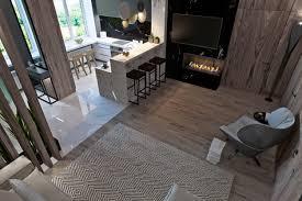 wohnzimmer mit küche flur und esszimmer kamin