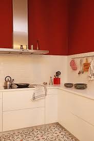 moderne weiße küche mit roter wand und bild kaufen
