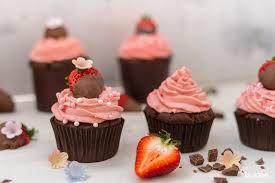 cupcakes mit brownie muffin und erdbeer frischkäse frosting