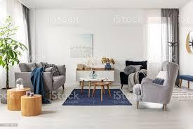 grau und dunkelblau wohnzimmer interieur mit bequemen sofa und sessel stockfoto und mehr bilder abstrakt