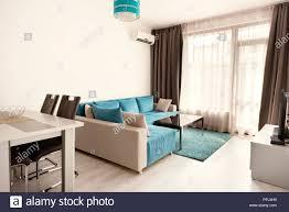 modernes helles und gemütliches wohnzimmer mit sofa