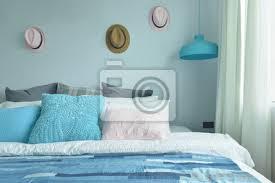 fototapete hellblau rosa und graue kissen auf dem bett mit blauem schlafzimmer