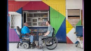 chaise roulante en anglais quand un vidéaste se rend en jamaïque en chaise roulante