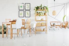 holztisch und stühle im esszimmer mit pflanzen