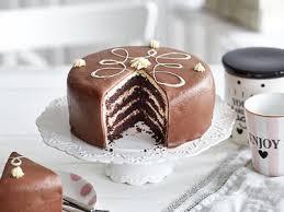 torte mit schokoladenfondant und weißer ganache