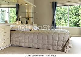 ein großes schlafzimmer mit einem großen bett großen