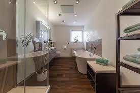 bad referenzbad marmor und holz bodengleiche dusche