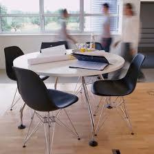 la chaise dsr de charles eames reproduite par design