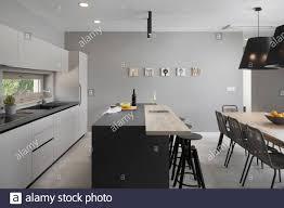 offene moderne küche mit esstisch stockfotografie alamy