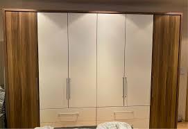 schlafzimmer mit schrank kommode und futonbett dunkelbraun weiß