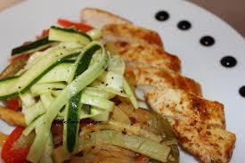cuisiner des blancs de poulet de poulet et ses légumes en sauce