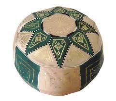 large choix de poufs marocains en cuir véritable au palais des