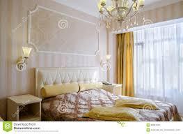 klassisches schlafzimmer mit einem großen doppelbett