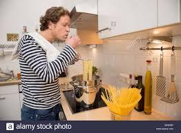 mann in der küche beim kochen spaghetti stockfotografie alamy