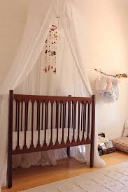 comment mettre un tour de lit bebe récup dans la chambre de bébé attention à la sécurité déconome