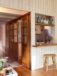 Cocina semiabierta con paredes correderas de madera ventana al