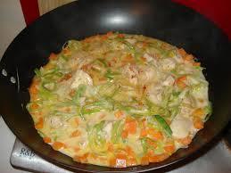 cuisiner avec un wok recette de poulet et légumes au lait de coco bouillon thaï