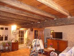 quelle peinture pour un plafond quelle couleur pour un plafond avec poutres pour éclaircir la pièce