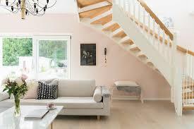 couchtisch und weißes sofa unter treppe bild kaufen