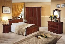 schlafzimmer mit klassischen dekorierten motiven im dunklen