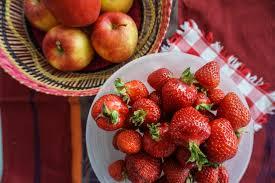 erdbeeriger apfelkuchen gedeckt die erdbeere