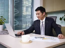 bureau homme d affaire homme d affaires asiatique frustré regardant par la fenêtre dans