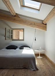 letto e finestra rustikales schlafzimmerdesign
