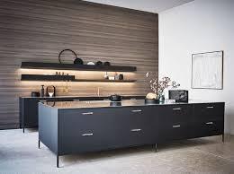 stilvolle schwarze küche ohne hängeschränke mit holzwand