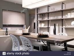 offene küche und esszimmer mit neutraler einrichtung in