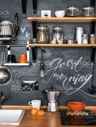 design moderne küche im loft und rustikalen stil holzregale mit verschiedene gläser auf eine schwarze wand mit kreide guten morgen stockfoto und mehr