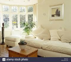 sahne sofa und kiefer box im sonnigen creme land wohnzimmer